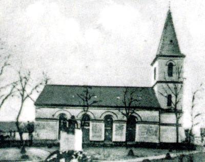 Kirche mit Kriegerdenkmal