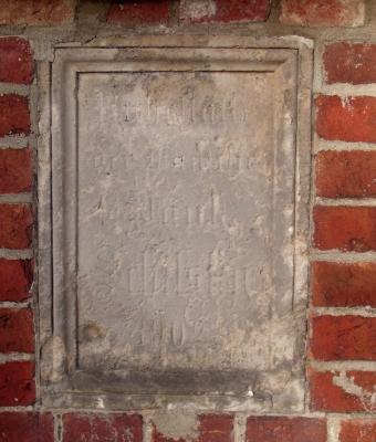 Grabplatte in der Kirchenmauer