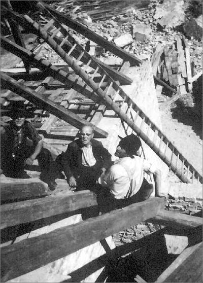 Handwerker auf dem Kirchdach